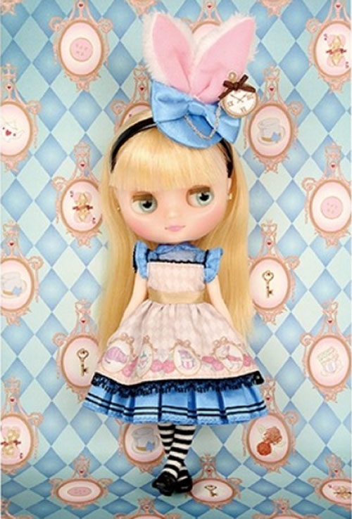 http://www.magmaheritage.com/Blythe/Pebblecakeshrinkingalice/pebblecakeshrinkingalice3.jpg